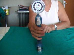 Foto 8 valutazione della forza di presa mediante dinamometro Jamar.