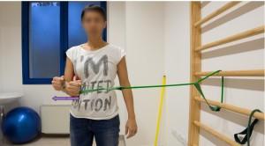 fig 22 esercizio di rotazione esterna con riduzione dell'ampiezza del movimento