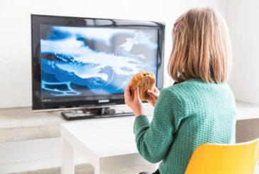 Avere la TV in camera da bambini fa ingrassare, femmine più a rischio