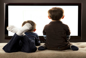 Guardare oltre tre ore di televisione al giorno accorcia la vita