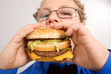 Fegato dei bambini danneggiato da cibo spazzatura e zuccheri