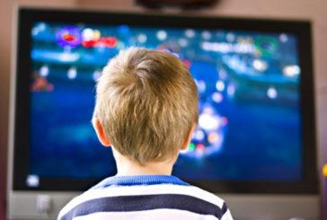 Troppo tempo davanti a schermi danneggia socialità