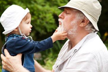 Prendersi cura di nipotini e figli allunga la vita degli anziani
