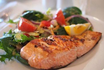 Mangiare cibi ricchi di omega 3 aiuta la salute dell'intestino