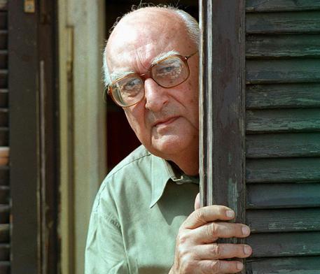 Lo scrittore Andrea Camilleri in una foto d'archivio del 7 settembre del 1998.ANSA/MARIO DE RENZIS
