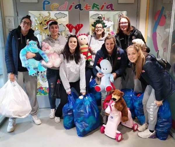 """La sesta edizione della """"Teddy Bears Toss"""" porta nella pediatria del San Jacopo una montagna di peluches"""