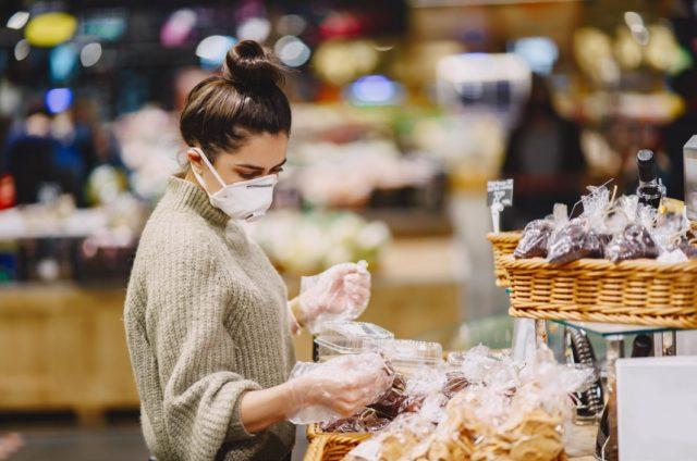 ragazza al supermercato