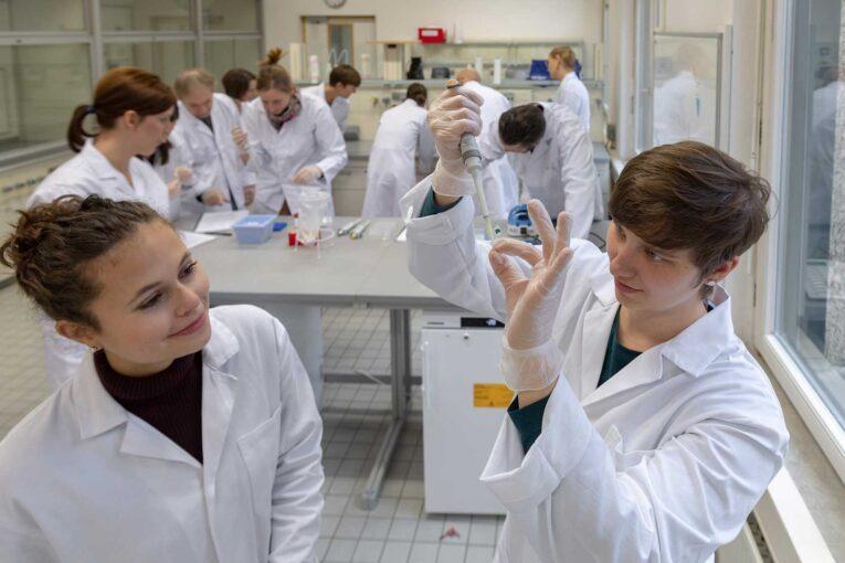 amgen-biotech-experience-abe-laboratori-di-biotecnologie-scienze-biotecnologiche-per-le-scuole