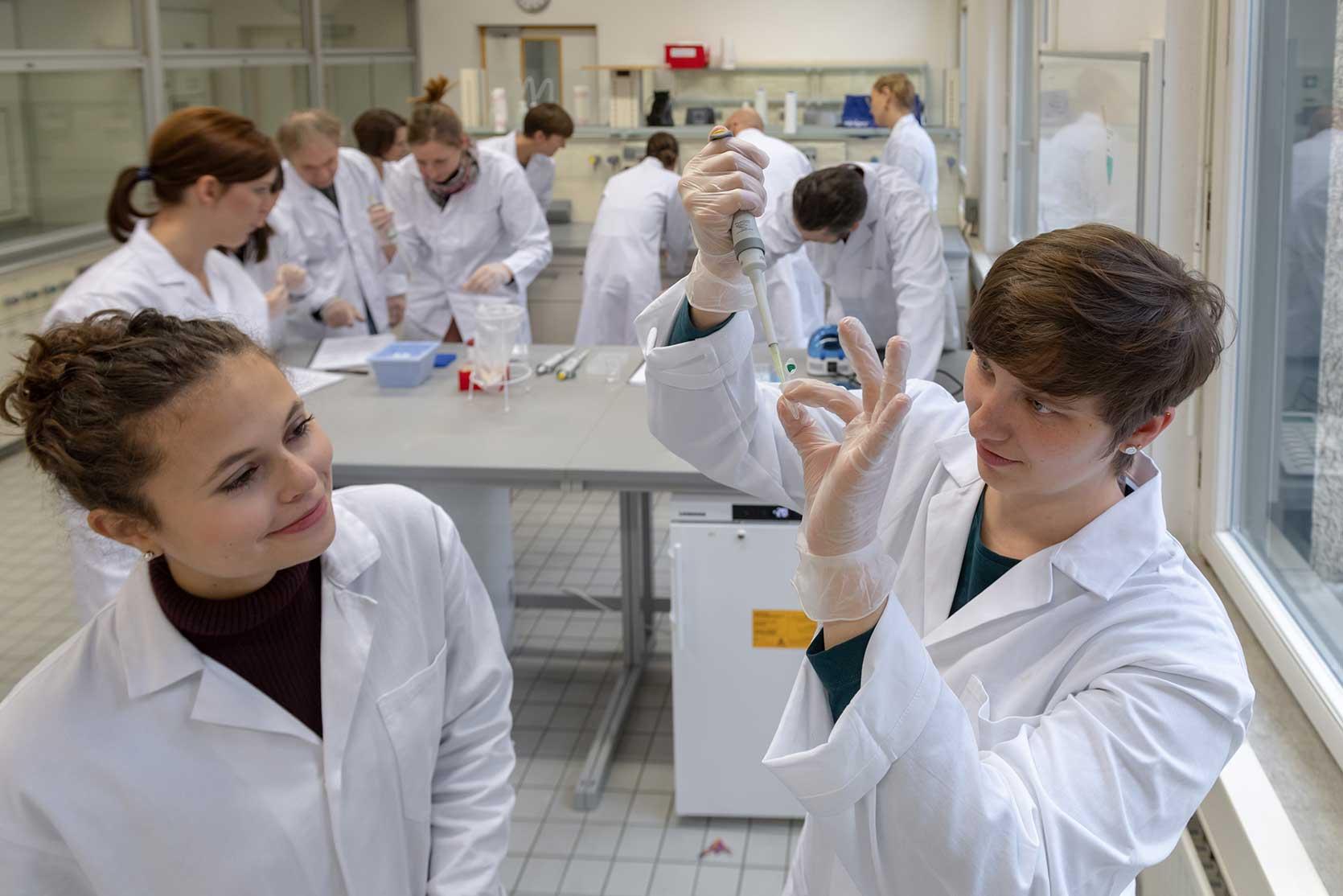 Studenti di insegnanti e di scienze: da oggi i laboratori di biotecnologie a scuola sono anche digitali
