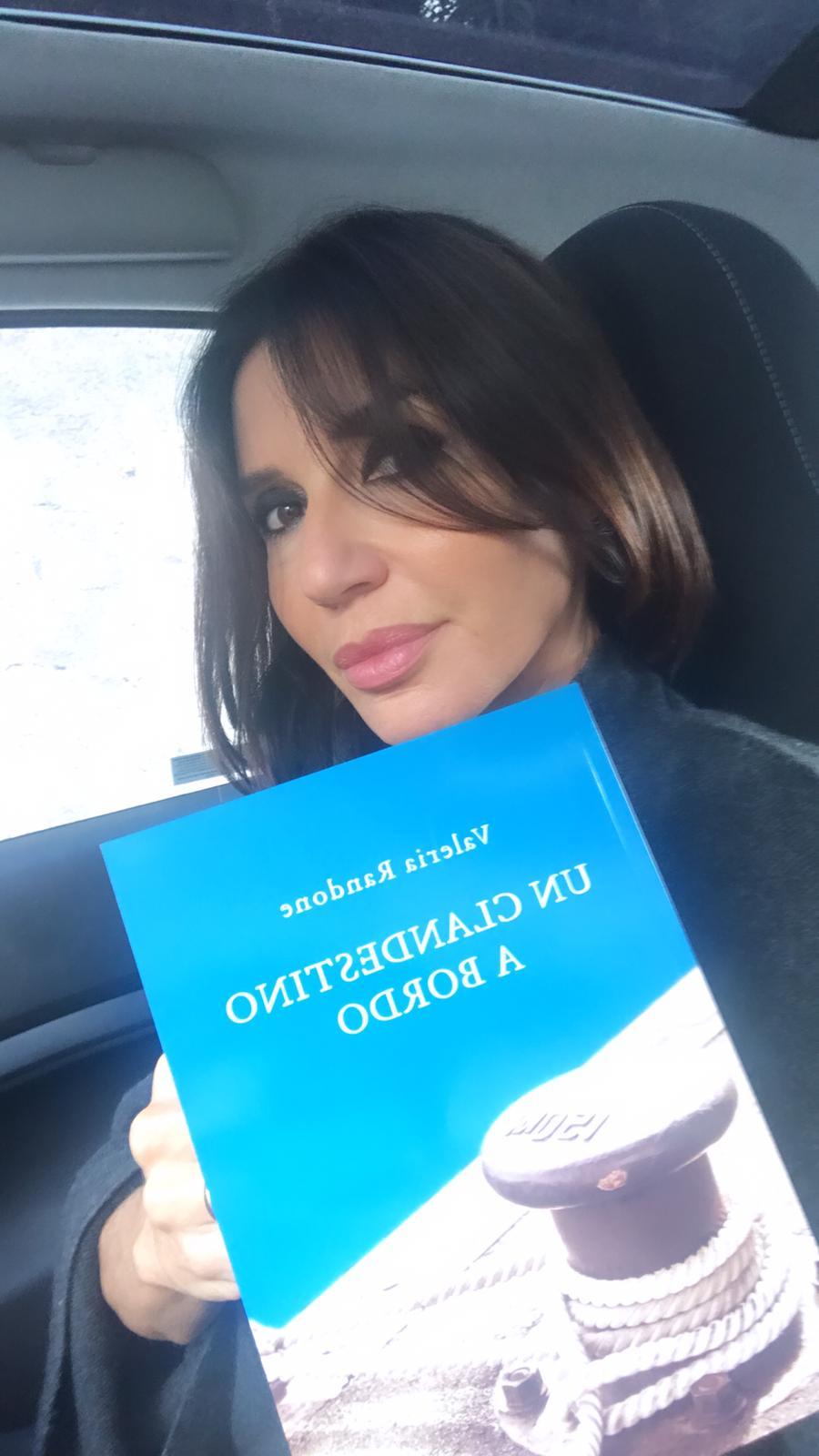 """Libri, Valeria Randone in """"Un clandestino a bordo"""": un cammino in cui il dolore diventa risorsa"""